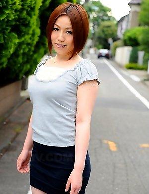 Hot Hiromi Tominaga loves posing