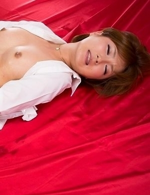 Oiled-up hairy pussy hottie Kaede Oshiro masturbates and cums real quick