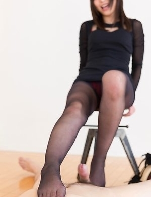 Pantyhose-wearing beauty Aoi Shino using her sexy feet to make him cum