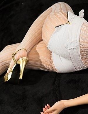 Hottie in white Sena Sakura shows off her perfect body on a big white bed